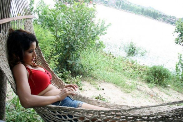 south indian glamour actress monalisa bikini stills 17 586x391 Monalisa hot photos
