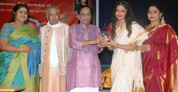 Shobana-at-Nagabarna-Arts-Foundation-Dance-Programme-16