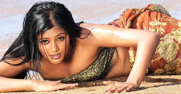 Priyamani Spicy cleavage show   Exclusive