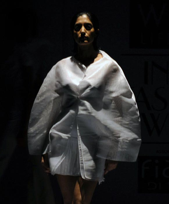 wills-india-fashion-week-2010-spicy-models-show-2