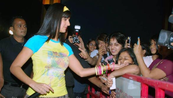 Katrina-Kaif-and-Ranbir-at-Fame-Malad-25