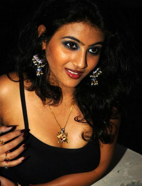 Sexy south indian acress cleavage photos