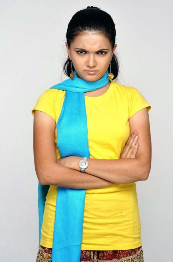 cute-young-actress-Saranya-Mohan-still-photos-15
