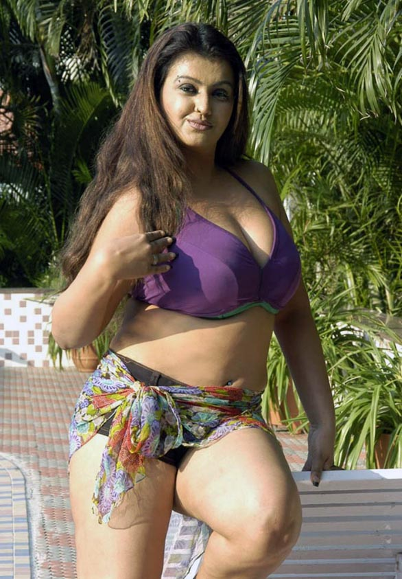 glam-queen-Sona-Sokkali-bikini-photos-14