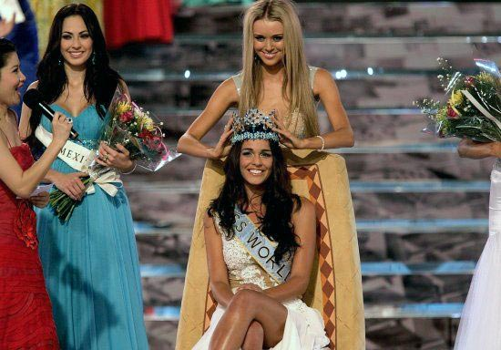 Kaiane Aldorino being crowned Miss World 2009 Winner   Kaiane Aldorino, Miss Gibraltar