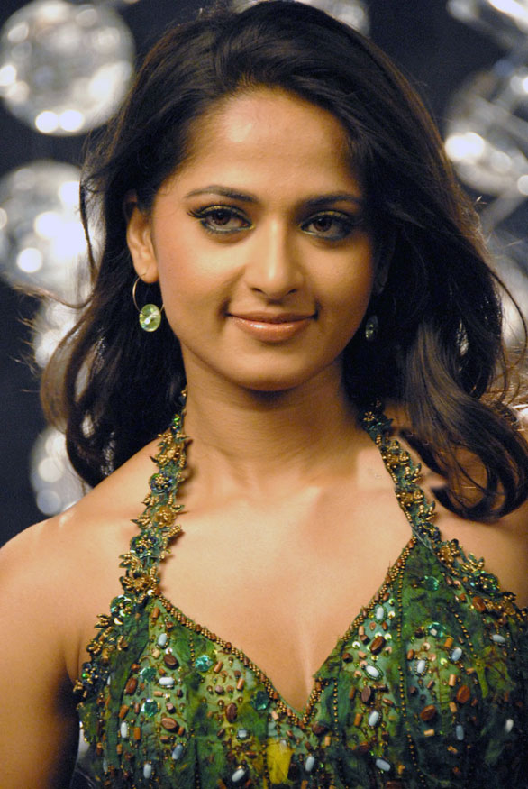 anushka74 Anushka plays second to Lakshmi Rai