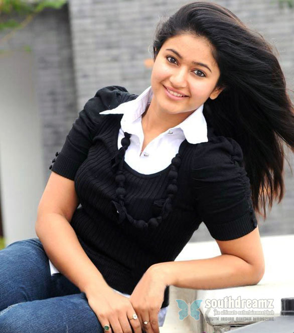 telugu actress punam bajwa glamour stills 2 Poonam Bajwa Photo Gallery