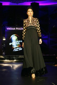 sushmita-sen-on-the-ramp-at-blenders-pride-fashion-tour-2010-stills-15