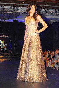 sushmita-sen-on-the-ramp-at-blenders-pride-fashion-tour-2010-stills-19