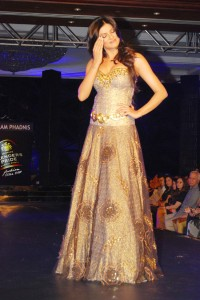 sushmita-sen-on-the-ramp-at-blenders-pride-fashion-tour-2010-stills-20
