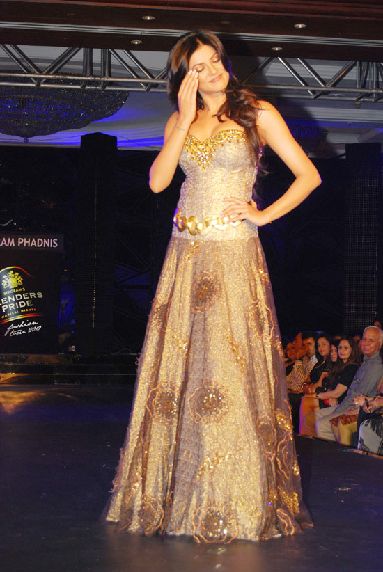 sushmita sen on the ramp at blenders pride fashion tour 2010 stills 20 Sushmita  Sen @ Blenders Pride Fashion Tour photo gallery