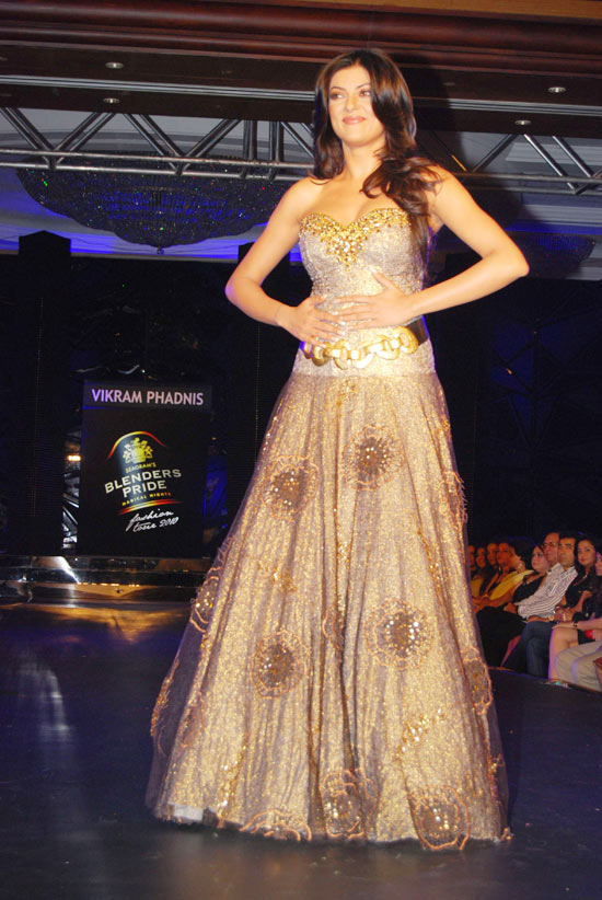 sushmita sen on the ramp at blenders pride fashion tour 2010 stills 22 Sushmita  Sen @ Blenders Pride Fashion Tour photo gallery