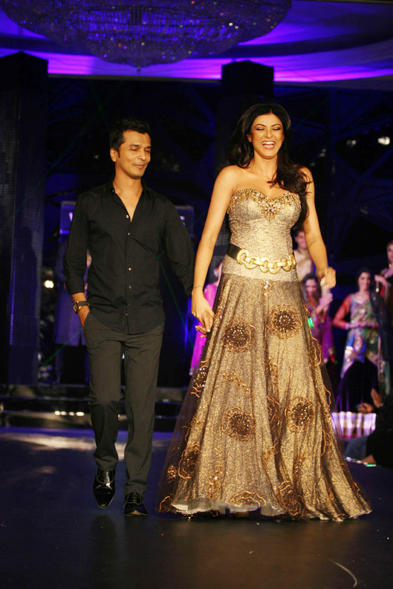 sushmita sen on the ramp at blenders pride fashion tour 2010 stills 24 Sushmita  Sen @ Blenders Pride Fashion Tour photo gallery