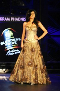 sushmita-sen-on-the-ramp-at-blenders-pride-fashion-tour-2010-stills-25