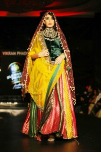 sushmita-sen-on-the-ramp-at-blenders-pride-fashion-tour-2010-stills-40