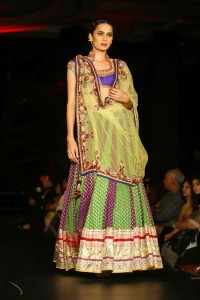 sushmita-sen-on-the-ramp-at-blenders-pride-fashion-tour-2010-stills-5
