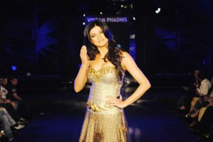 sushmita-sen-on-the-ramp-at-blenders-pride-fashion-tour-2010-stills-60