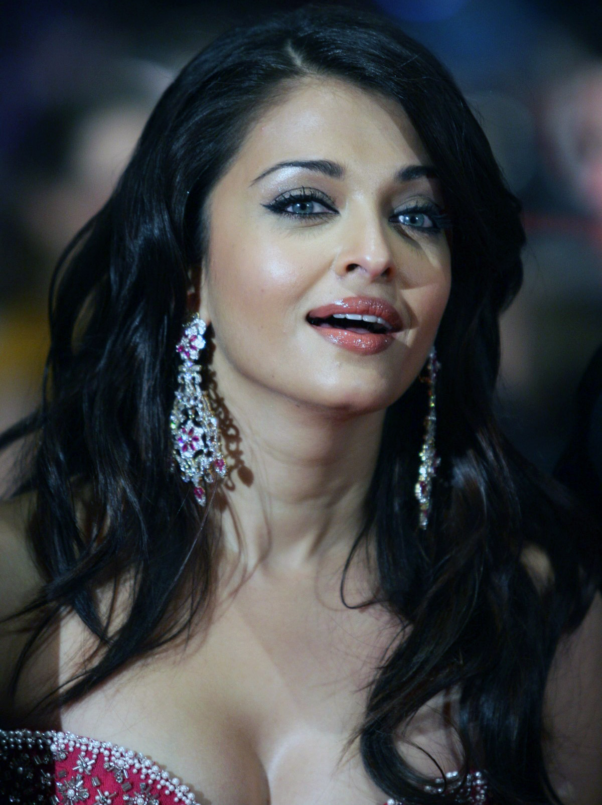 Aishwarya Rai deep cleavage at premiere of Pink Panther 2 Aishwarya Rais Birthday Bash