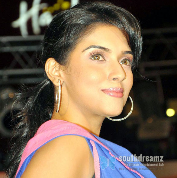 asin Actresses Anjali & Asin caught in cosmetic rumours
