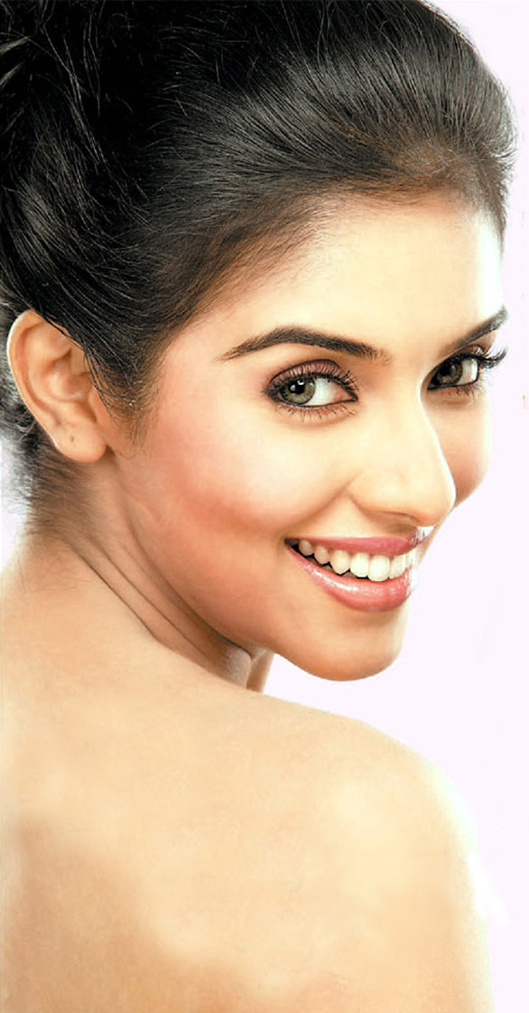asin photo Asin in two piece swim suit?