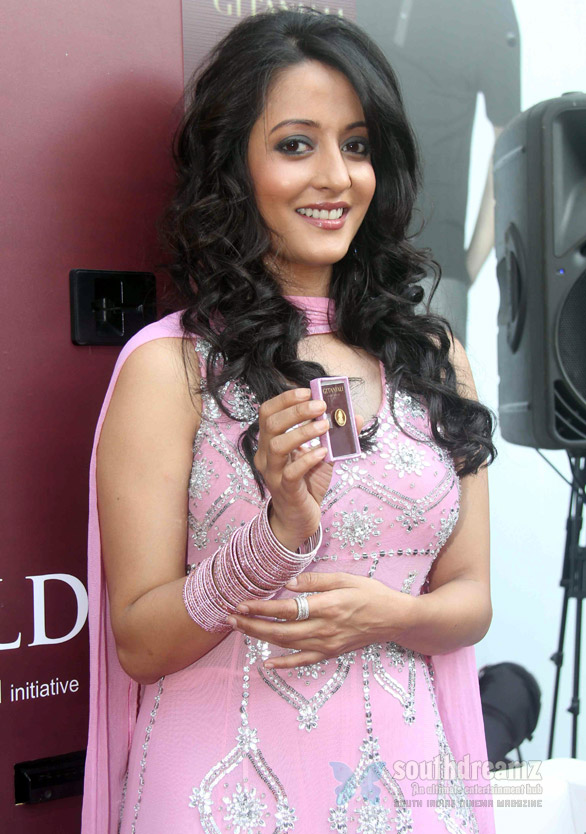 Raima Sen Inagurates Gitanjalis Gold and Diamond ATM Raima Sen