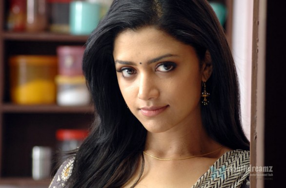 Mamta Mohandas Latest Hot Photos From Thadaiyara Thaakka 6 586x385 Thadaiyara Thaakka review