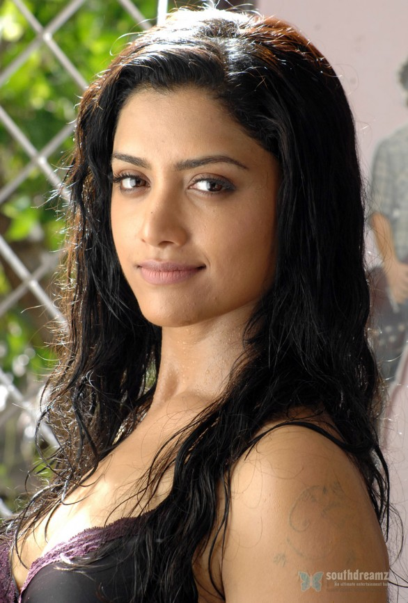 Mamta Mohandas Latest Hot Photos From Thadaiyara Thaakka 9 586x867 Thadaiyara Thaakka review