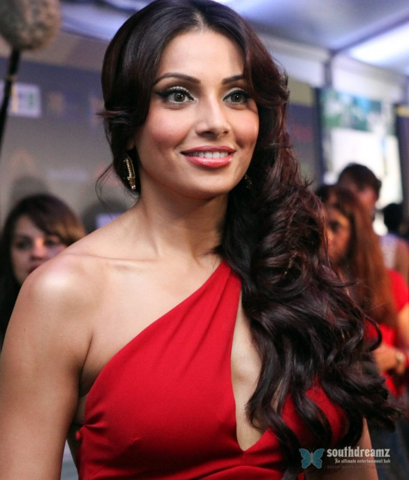Bipasha Basu IIFA 2012 3 586x687 Katrina Kaif, Priyanka Chopra, Deepika Padukone getting red and hot