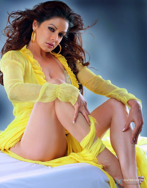 Bigg Boss Sunny Leone Latest Toplesss Stills 21 586x747 Bigg Boss is dangerous reality   Kashif Qureshi