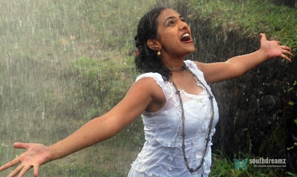 Nitya Menon New Movie Stills 2 586x349 Nithya Menon hot scenes cut by Censor Board
