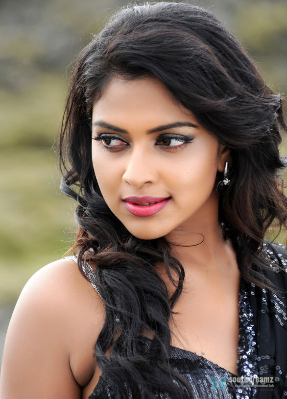 Amala-Paul-In-Naayak-Stills-2
