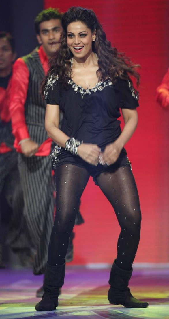actress-Bipasha-Basu-Hot-Dance-at-CCL-Photo-10