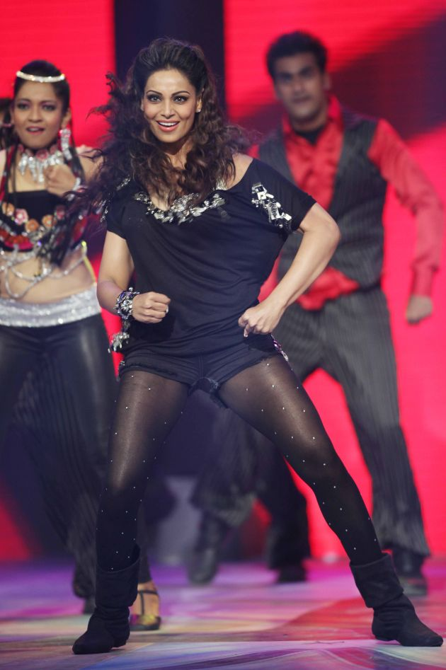 actress-Bipasha-Basu-Hot-Dance-at-CCL-Photo-8