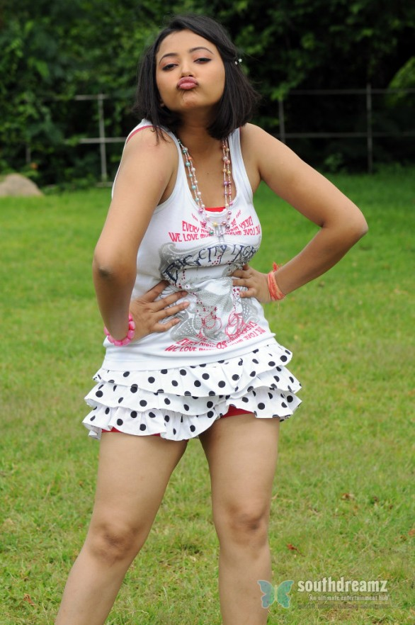 galmour actress Swetha Basu prasad Hot Photo Shoot 4 586x882 Swetha Basu Prasad Hot Navel Show