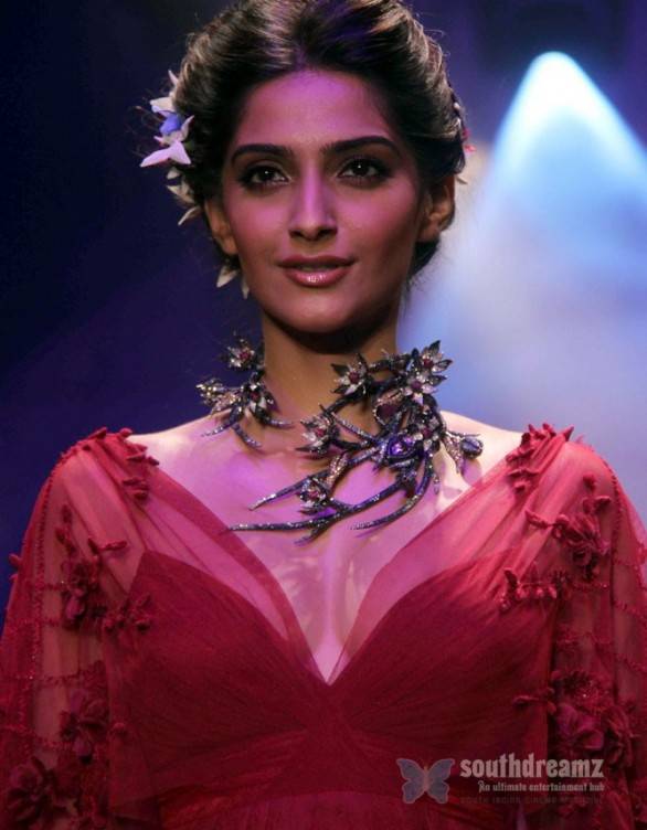 sonam kapoor ramp walk 5 586x752 Sonam Kapoor in Law Training