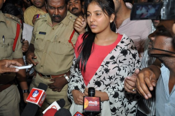 anjali-photos-at-hyderabad-police-station-8