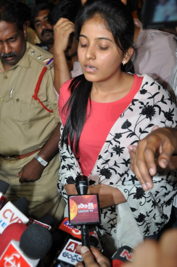 anjali-photos-at-hyderabad-police-station-9