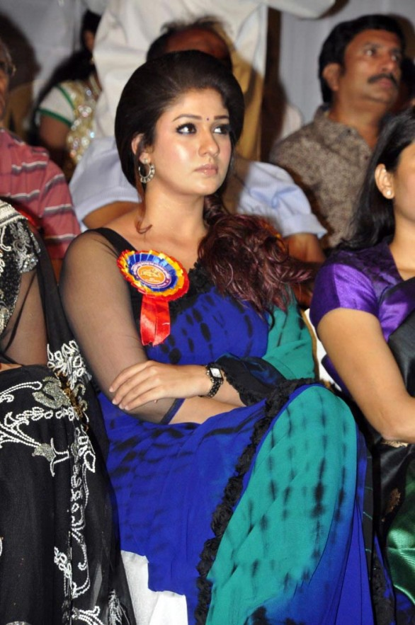 nayanthara stills at nandi awards 2011 function 1 586x883 Nayanatara Hot in Saree