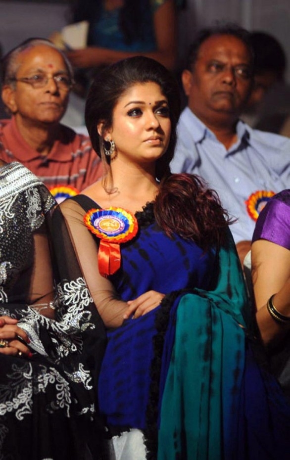 nayanthara stills at nandi awards 2011 function 11 586x930 Nayanatara Hot in Saree