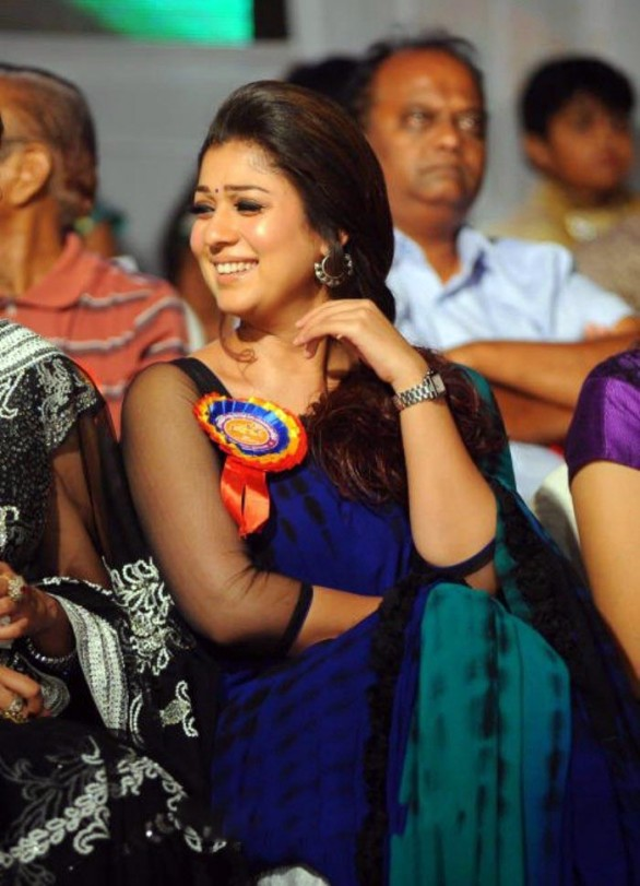 nayanthara stills at nandi awards 2011 function 12 586x811 Nayanatara Hot in Saree