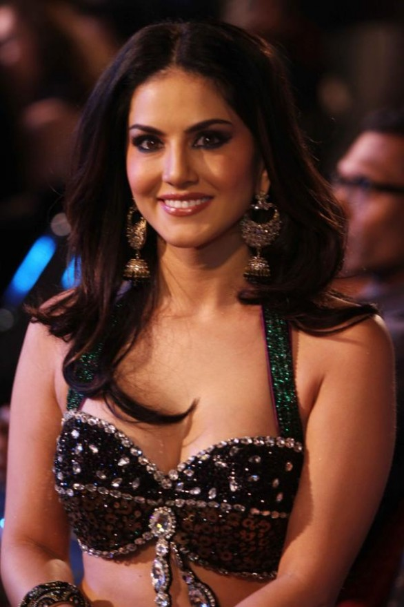 sunny-leone-latest-hot-photos-stills-sunny-leone-latest-hot-cleavage-images-5