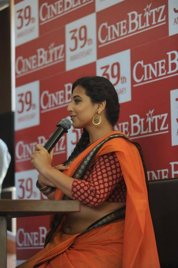 vidya balan launches cineblitz magazine april 2013 30 586x879 Vidya Balan Hot navel Show