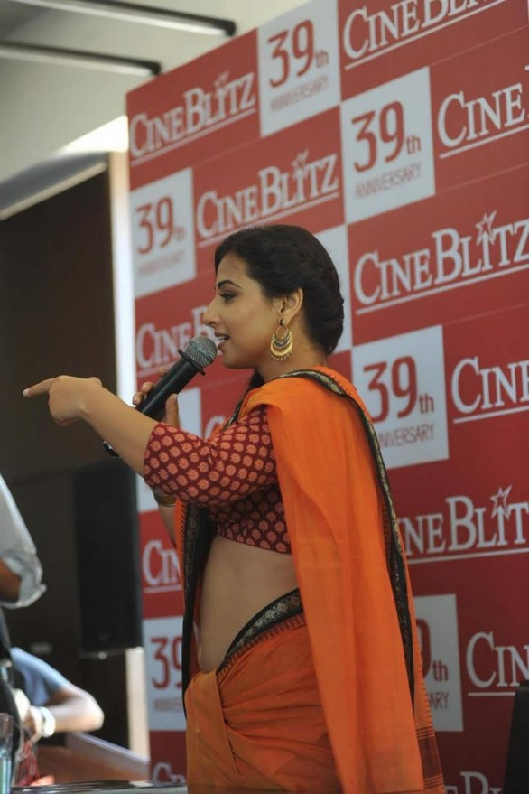 vidya balan launches cineblitz magazine april 2013 32 586x879 Vidya Balan Hot navel Show