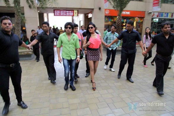 veena-malik-with-rajan-verma-at-kolkata9