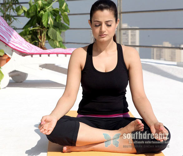 Yoga-Aunty-Ameesha-Patel-hot-Beautiful-Pose