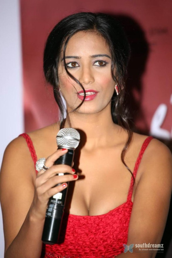 Poonam-Pandey-Hot-Photos-At-Nasha-Movie-Promotions-001