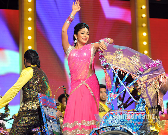 Shriya-Saran-dance-at-Mirchi-Music-Awards