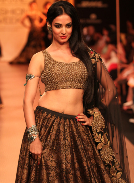 Sonal Chauhan scorched the ramp in a dazzling Indian wear on the second day of Lakme Fashion Week 2013
