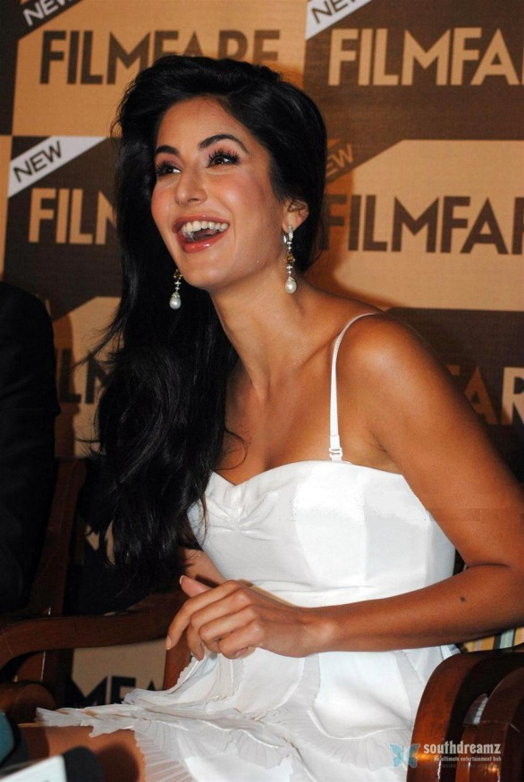 bollywood-sexy-actress-katrina-kaif-hot-desi-masala-wallpapers-34