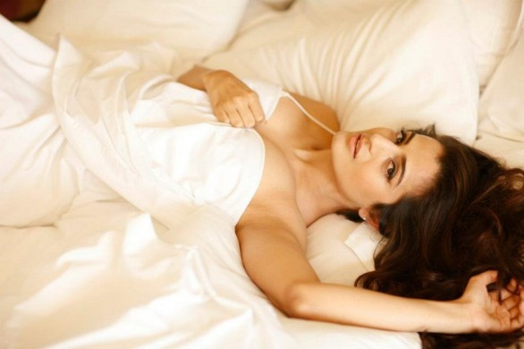 bollywood- hot-amisha-patel-nightwear-in-bed-2